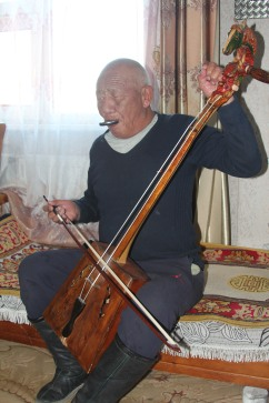 Tuning the morin khuur